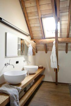 une salle de bain de style rustique