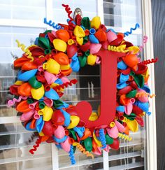 Balloon wreath, love the larger balloons and pipe cleaner curly cues.