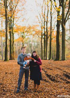 Gezinsfoto in stemmige herfstomgeving. Prachtige beukendreef in de bossen van Kasterlee