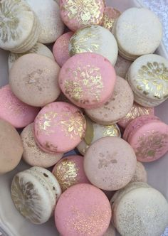 Discover recipes, home ideas, style inspiration and other ideas to try. French Macaroons, Pink Macaroons, Delicious Desserts, Dessert Recipes, Gold Dessert, Gold Cupcakes, Macaroon Cookies, Macaroon Recipes, Chocolate Covered Strawberries