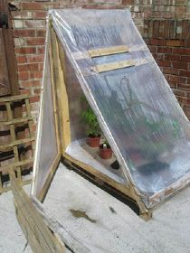 Build a small lean-to greenhouse with a discarded pallet.Build a small lean-to greenhouse with a discarded pallet. Diy Mini Greenhouse, Pallet Greenhouse, Diy Greenhouse Plans, Lean To Greenhouse, Homemade Greenhouse, Cheap Greenhouse, Backyard Greenhouse, Pallets Garden, Balcony Garden