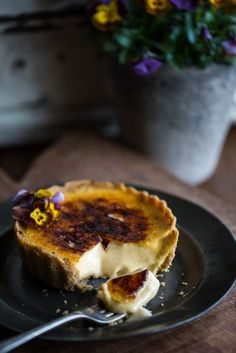 Crème Brûlée Tarts (www. Tart Recipes, Sweet Recipes, Dessert Recipes, Cooking Recipes, Hotdish Recipes, Appetizer Recipes, Sweet Pie, Sweet Tarts, Plated Desserts