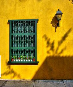 Ventana y Farolito. Cartagena de Indias Colombia.