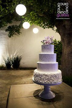 Pastel de boda en tono lila con arreglo floral natural Pale violet wedding cake