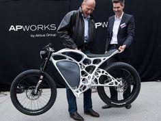Airbus-Chef Tom Enders (links) und Apworks-Chef Joachim Zettler mit dem ersten Elektromotorrad aus dem 3D-Drucker.