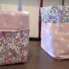 Duo de corbeilles / petits paniers de rangements réversibles en tissus coton rose à pois blancs et liberty rose et bleu