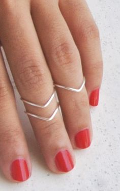You will look your best with this new trend as this is not too mainstream yet, so be the innovator, be the first to rock knuckle/midi rings on your group, be the trendsetter among your friends! Get inspired at snazzylair.com