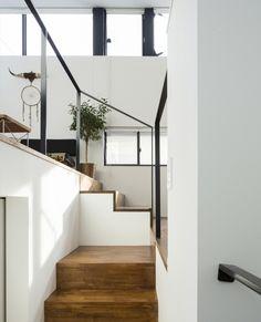 シンプルな印象の階段です  HouseNoteでも閲覧数が高い人気の写真です   仙川の家 #StudioR1   オシャレなタイルを月日まで限定セール セール会場には弊社の @tilelife.co.jp のURLをクリックしてご来場ください  . . #階段 #stairs #シンプルテイスト #新築一戸建て #ハウスノート #housenote #家づくり #マイホーム #マイホーム計画 #マイホーム計画中 #住宅設計 #住宅デザイン #住宅建築 #住まい #住まいづくり #建築家 #工務店 #インテリアデザイン #内装 #戸建 #階段