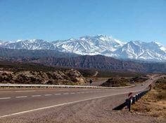 Estrada cercada por montanhas nevadas corta a região de Mendoza, na Argentina