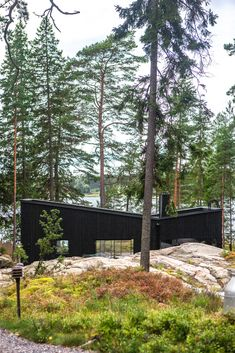 Geometric roof keeps the view open when watching from main building. Modern Cottage, Modern Coastal, Sauna House, Winter Cabin, Garden Office, Wooden House, House Painting, Black House, My House