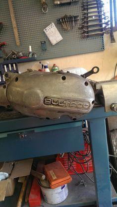 Aflojamos esta vez el tornillo de aceite del cambio, ya que en estos motores de Bultaco el aceite del cambio y de los embragues no es el mismo y ambos compartimentos van separados.
