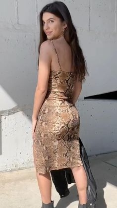 #snakedress #mididresses #bodycondresses #bodycondresscasual #falldress Model Outfits, Hot Outfits, Casual Fall Outfits, Dress Outfits, Pretty Outfits, Sexy Dresses, Nice Dresses, Fashion Dresses, Hollywood Model