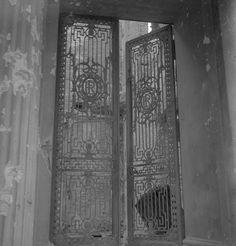 1945, Allemagne, Berlin, Les grilles de la porte d'entrée de l'ambassade de…