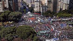 La CGT se moviliza a la Plaza de Mayo contra los despidos y una eventual reforma laboral: Protestará hoy por una eventual reforma laboral y…