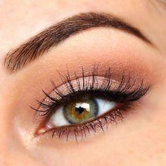 Muy simple y natural. Difumina en el párpado móvil, delineador en forma de V externa y en la línea de pestaña inferior. #makeup