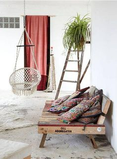 pallet bench and hanging chair Deco Boheme, Pallet Furniture, Pallet Sofa, Pallet Lounger, Pallet Benches, Pallet Tables, Pallet Bar, 1001 Pallets, Recycled Pallets