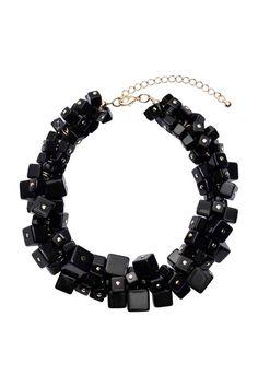 Collar corto: Collar corto de metal con cubos de plástico de distintos tamaños. Largo ajustable 38-46 cm.