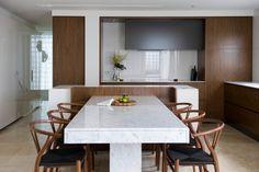 Раскладной стол, стилизованный под мрамор в интерьере инновационной кухни