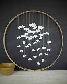 Tambour bazar:   cercle de châtaignier, biscuit de porcelaine, fi...