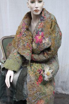 EINZIGARTIG, OOK Mantel mit Wolle, Seide, Baumwolle Viskose Mohair Fäden gestickt zusammen. Base wird Tweed wolle gekocht. Mit Seide, Blumen-Ornamenten verziert, Schließt mit zwei handgefertigte, Potery-Knöpfe ART DECO-STIL Zwei Taschen auf der Seite Kein Futter Übergröße PFLEGE HAND ODER TROCKEN SAUBER