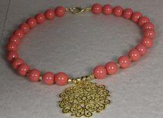 """Gargantilla """"Sol"""" Coral, con piezas chapadas en oro mate de 22k.  #hojas #oro #gargantilla #collar"""