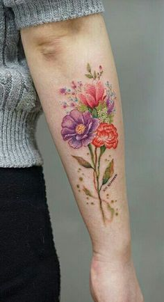 Korean tattoo artist Silo (aka tattooist_silo) decorates her clients' skin with colorful floral tattoo designs that look like watercolor paintings on skin. Clavicle Tattoo, Forearm Tattoos, Body Art Tattoos, New Tattoos, Cool Tattoos, Tatoos, Floral Tattoo Design, Flower Tattoo Designs, Tattoo Flowers