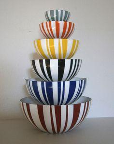 Cathrineholm with stripes - - design Grethe Prytz Kittelsen Vintage Enamelware, Vintage Kitchenware, Vintage Bowls, Vintage Dishes, Retro Home, Mid-century Modern, Mid Century Modern Kitchen, Metal Bowl, Mid Century Design