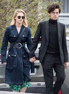 Cole Sprouse and Lili Reinhart make an adorable pair on and off screen! The Riverdale costars, who play fan-favorite couple Betty and Jughead on The CW series, Cole M Sprouse, Cole Sprouse Funny, Cole Sprouse Jughead, Dylan Sprouse, Lily Cole, Memes Riverdale, Bughead Riverdale, Riverdale Netflix, Betty Cooper