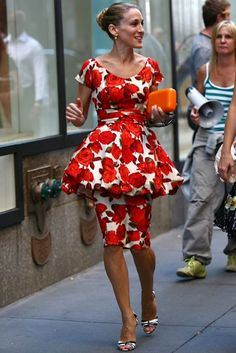 Carrie Bradshaw style highs & lows Sex and the City fashion Sarah Jessica Parker pics - Carrie Bradshaw - Page 19 Celebrity Pictures Marie Claire Carrie Bradshaw Outfits, Carrie Bradshaw Style, Sarah Jessica Parker, City Style, Her Style, Estilo Fashion, City Fashion, Fashion Beauty, Red Floral Dress