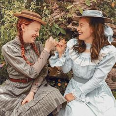 Anne e Diana Amybeth e Dalila Bela Anne with an E 3 Anne And Gilbert, Green Gables Fables, Diana Barry, Amybeth Mcnulty, Anne White, Gilbert Blythe, Anne With An E, Anne Shirley, 1800s Fashion