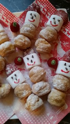Kerst sneeuwpopjes voor het kerstdiner. Soesjes, marshmallows en aardbeien, afmaken met wat hagelslag voor de ogen en neus. Met een fondantpen maak je het mondje. Aan elkaar prikken en klaar. #AH #snowman #christmas #diner