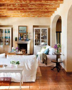 Dos vitrinas gemelas flanquean la chimenea y suman almacenaje. Espejo adquirido en un anticuario francés.