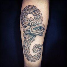 Una elegante serpiente emplumada es mejor que una simple serpiente. | 24 Tatuajes prehispánicos que te acercarán a tus verdaderas raíces