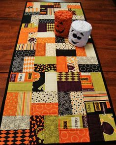 Quilted Halloween Table Runner Moda Monster Bash by Jambearies Table Runner And Placemats, Table Runner Pattern, Quilted Table Runners, Halloween Quilts, Halloween Quilt Patterns, Halloween Sewing Projects, Halloween Fabric, Halloween Table Runners, Halloween Runner