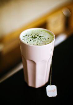 Grüner Tee mit MilchGreen Tea Latte Eines der vielen Dinge, die ich in LA besonders oft hatte ist Grüner Tee mit Milch, in Neudeutsch sicher auch als Green Tea Latte bekannt. Obwohl Sovieles schon den Einzug in Berlin gefunden hat, bleibt trotz Bubble Tea Geschäften in allen Bezirken guter Green Tea Latte auf der Strecke.In diesem Rezept werde ich noch Chai Tee hinzufügen, um den Latte stärker zu machen, damit er nicht nur besser schmeckt, sondern auch wachhält. Da ich nicht besonders gut…