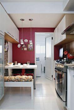 Enquanto muita gente integra a cozinha à sala, esses moradores fizeram o contrário: completaram a meia-parede da cozinha americana. Saiba o porquê!