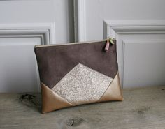 Image of Pochette *HANNAH* en suédine marron taupe et dorée Diy Clutch, Diy Tote Bag, Clutch Bag, Diy Sac, Leather Scraps, Diy Bags Purses, Pouch Pattern, Creation Couture, Diy Bags