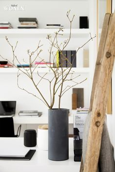 Stijlvol Wonen: het magazine voor warm-hedendaags wonen - ontwerp: Oscar V - fotografie: Sarah Van Hove #kantoor #styling #boekenplank #blackwhite