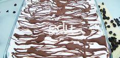 Torta Natalina de Chocolate com Marshmallow - Marshmallow: faça uma calda em pontos de fio com a água e o açúcar. Coloque sobre as claras em neve, batendo sempre até esfriar. Chocolate: derreta em banho Maria ou no forno micro-ondas. Montagem: alterne a colocação do waffle, com o marshmallow e o chocolate.  ASSISTA AO VIDEO