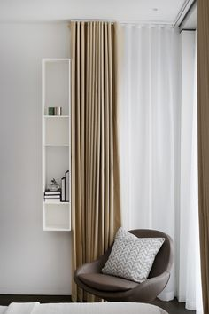 Elegance with a personal touch is created by clear and natural colors combined with small accessories Source by boconceptde The post BoConcept at the Nova Building in London appeared first on The most beatiful home designs. Boconcept, Built In Desk, Aluminium, Decorating Your Home, Building A House, Minimalism, House Design, Curtains, Interiordesign