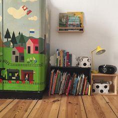 trespluscool / Instagram | Reading corner & handpainted cabinet by their granddad • • • #kidsroom #interiorkids
