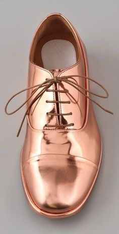 Maison Martin Margiela--why are metallic shoes so beguiling? Cute Shoes, Me Too Shoes, Funky Shoes, Flat Shoes, Fashion Mode, Brogues, Loafers, Womens High Heels, Beautiful Shoes