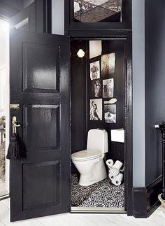 Home Interior Salas small black and white guest bathroom.Home Interior Salas small black and white guest bathroom. Bad Inspiration, Bathroom Inspiration, Bathroom Inspo, Bathroom Ideas, Best Bathroom Paint Colors, Decoracion Vintage Chic, Deco Originale, Deco Design, Design Design