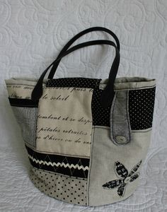 Handbags & Wallets - noir et beige Plus - How should we combine handbags and wallets? Sacs Tote Bags, Denim Tote Bags, Reusable Tote Bags, Diy Sac, Diy Bags Purses, Diy Handbag, Handmade Purses, Patchwork Bags, Purse Patterns