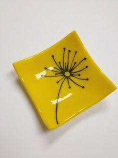 Yellow+dandelion+fused+glass+mini+dish+by+sherrylee16+on+Etsy,+$15.00 KYNTTILÄNALUSIA UUTEEN NELIÖPOHJAAN