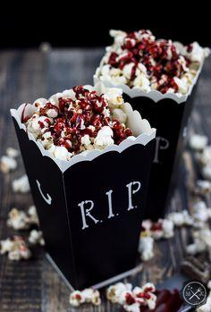 Krwawy popcorn / Bloody popcorn z bloga miodowekrolestwo.wordpress.com , przepis tutaj: https://miodowekrolestwo.wordpress.com/2017/10/16/krwawy-popcorn-bloody-popcorn/
