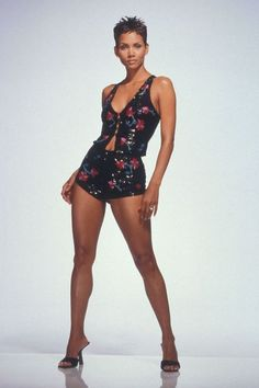 Halle Berry Short Hair, Halle Berry Style, Halle Berry Hot, Halle Berry Bikini, Halley Berry, Mode Streetwear, Perfect Woman, Beautiful Black Women, Sexy Outfits