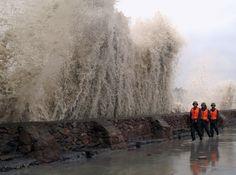 Le typhon Wipha provoque des vagues énormes sur la côte de l'île de Dongtou, au large de la Chine, le 18 septembre 2007.  Image: Reuters