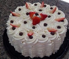 Whipped cream for warm weather Cold Desserts, Delicious Desserts, Mini Cakes, Cupcake Cakes, Chocolate Garnishes, Pastel Cakes, Cake Decorating For Beginners, Cake Fillings, Love Cake