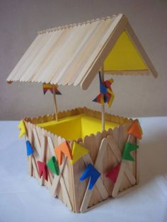 Beautiful souvenirs for Festa Junina I gathered in this post beautiful ideas of Party Favors. Popsicle Stick Houses, Popsicle Stick Crafts, Craft Stick Crafts, Fun Crafts, Diy And Crafts, Crafts For Kids, Arts And Crafts, Pop Stick, Stick Art